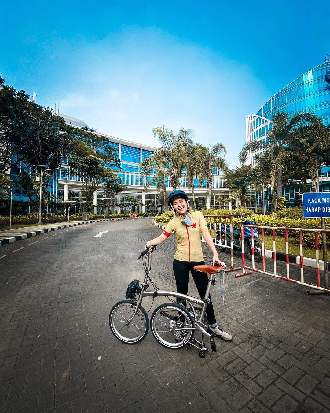 Gaya Modis Artis Indonesia Bersepeda Di Tengah Pandemi Corona