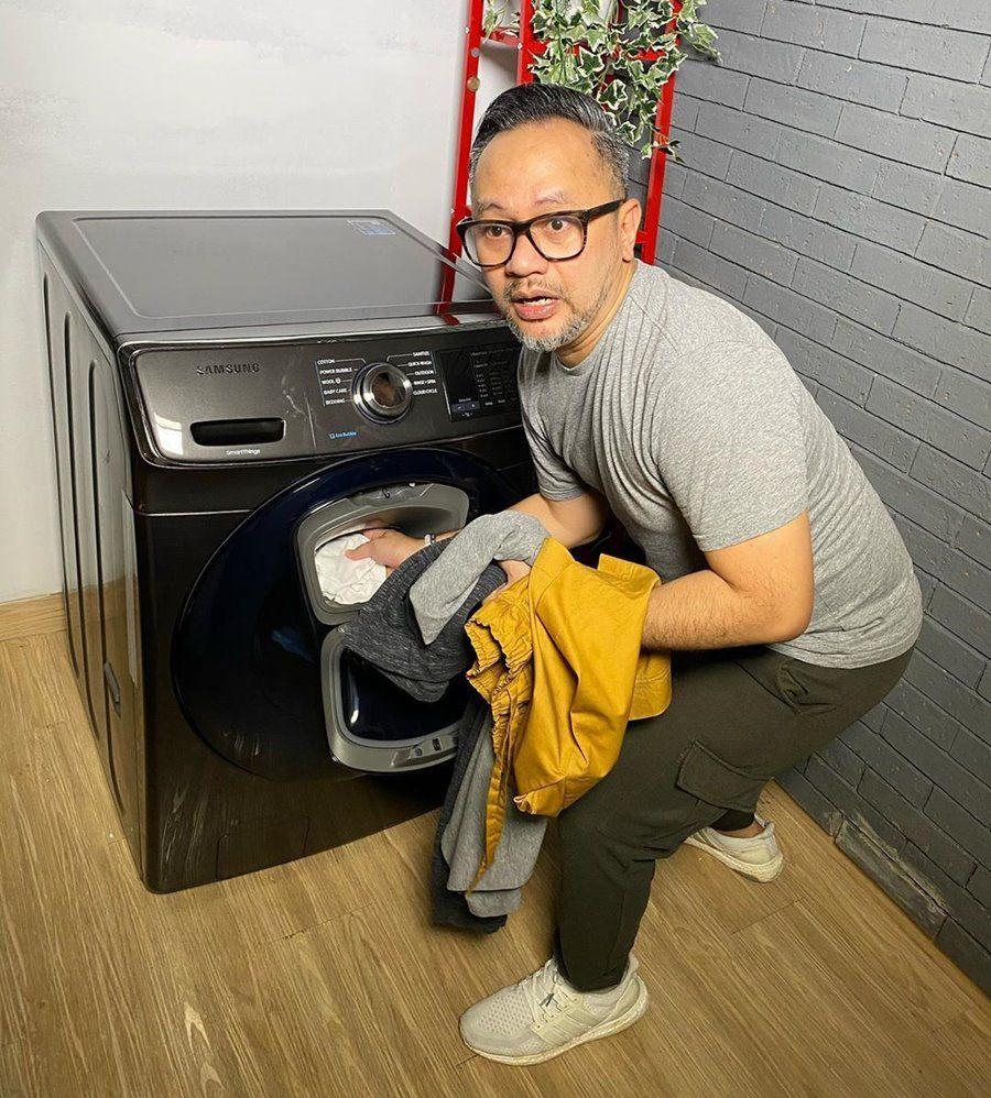 9 PotretPublic Figure Pria Saat Lakukan Pekerjaan Rumah Tangga