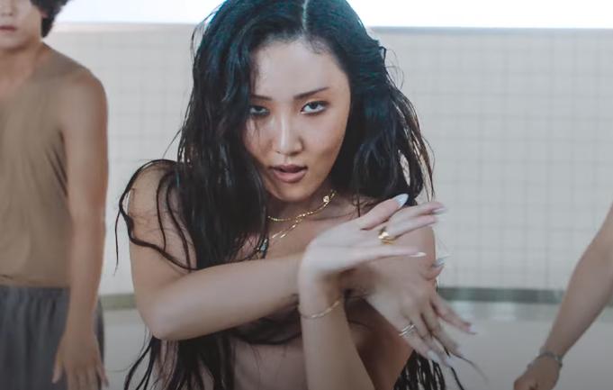 Disebut Tak Sesuai Standar Kecantikan Korea, Hwasa Rilis Lagu Maria