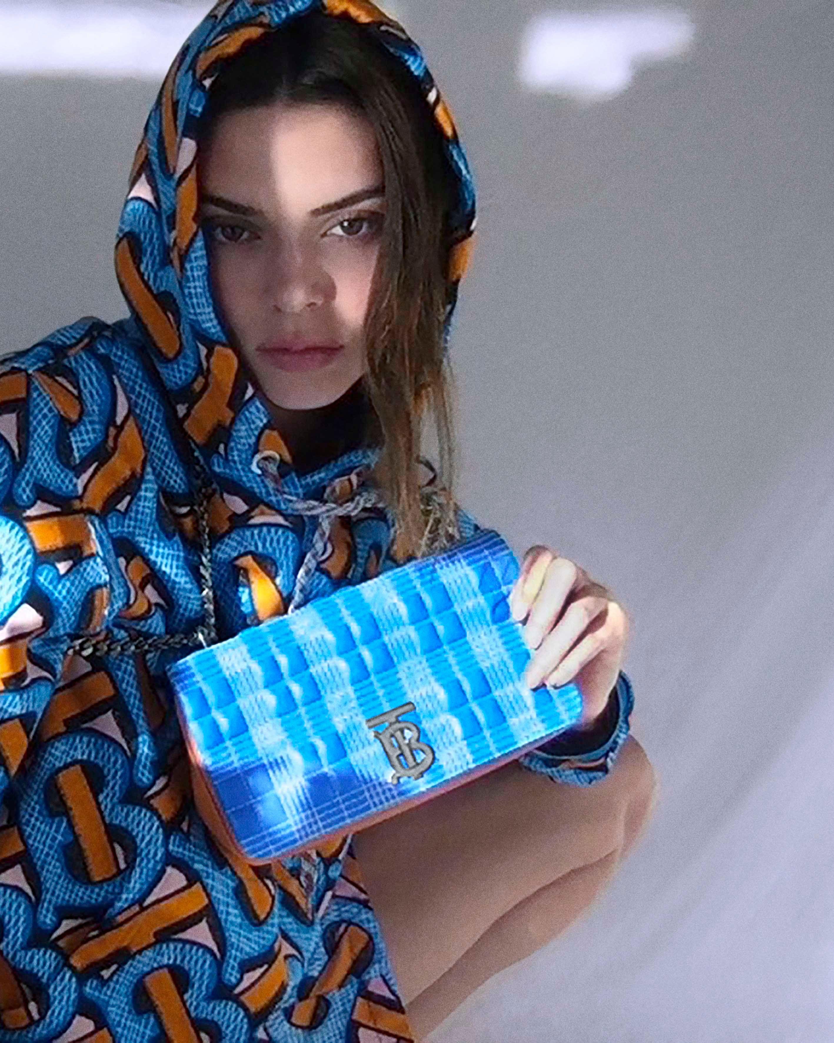 Foto di Rumah Aja, Kendall Jenner Tampil di Kampanye Iklan Burberry