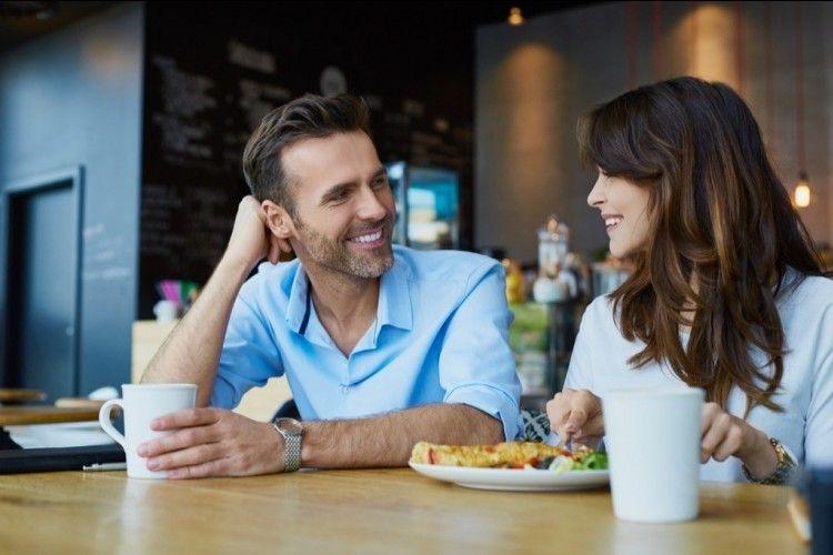 7 Pujian Sederhana yang Harusnya Tiap Suami Berikan ke Istrinya