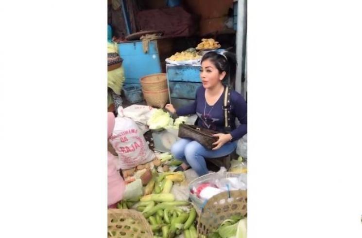 Bikin Salah Fokus, 7 Pedagang Makanan Ini Mirip Banget sama Artis