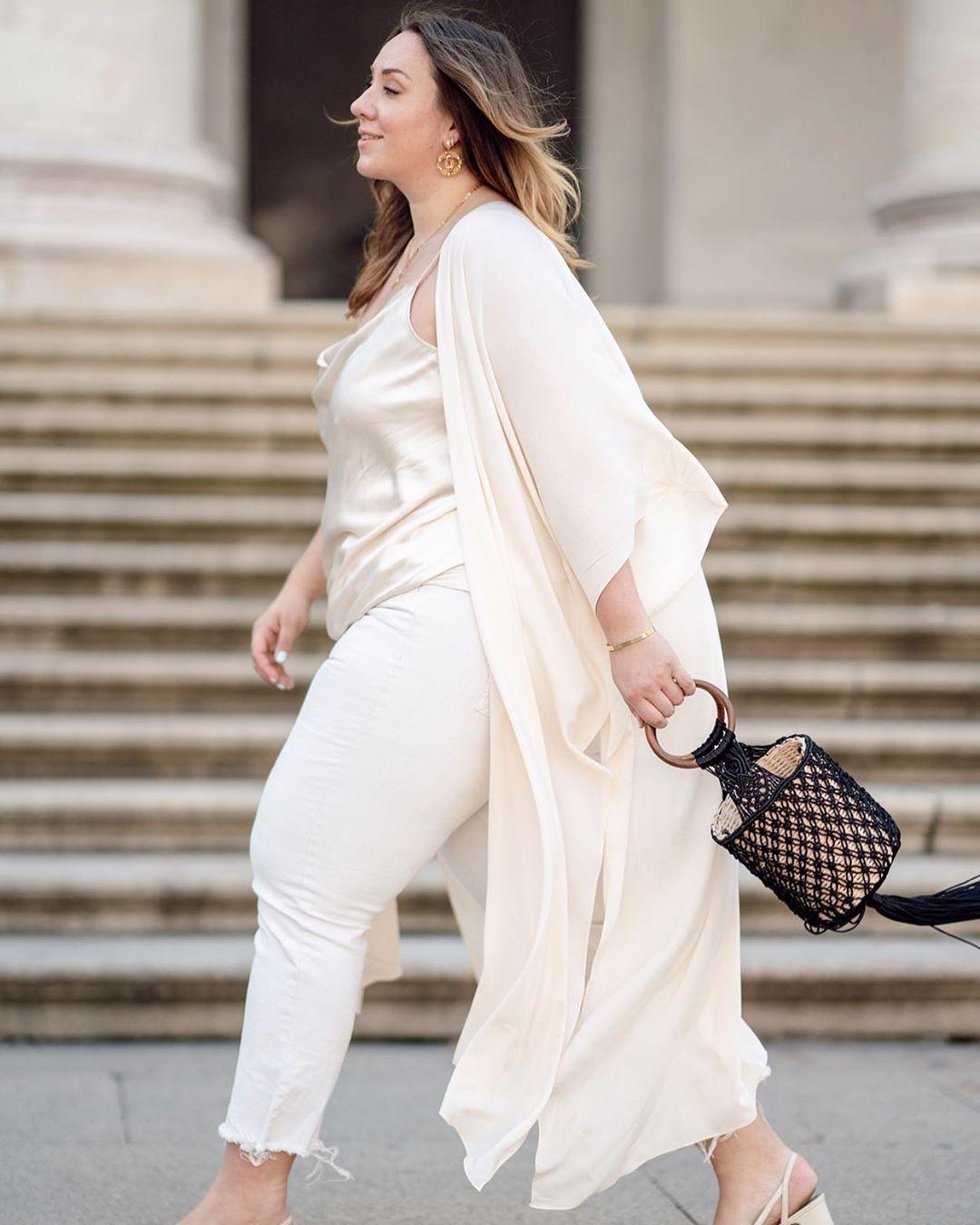 Cara Padu-padan Celana Putih untuk Tubuh Berisi