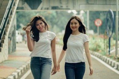 Bersahabat Sejak Lama, 9 Potret Kompak Natasha Wilona & Ochi Rosdiana