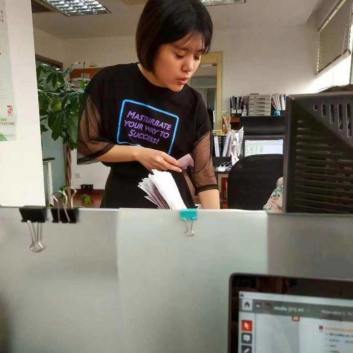 8 Pakaian Netizen dengan Desain dan Tulisan Paling Absurd