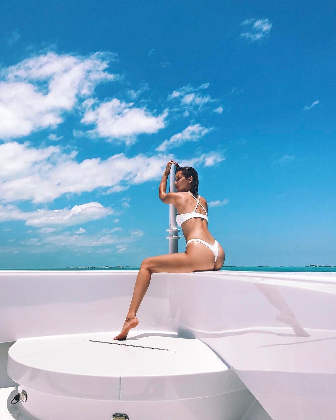 Bella Hadid Pakai Bikini Kekecilan, Underboob 'Nongol'