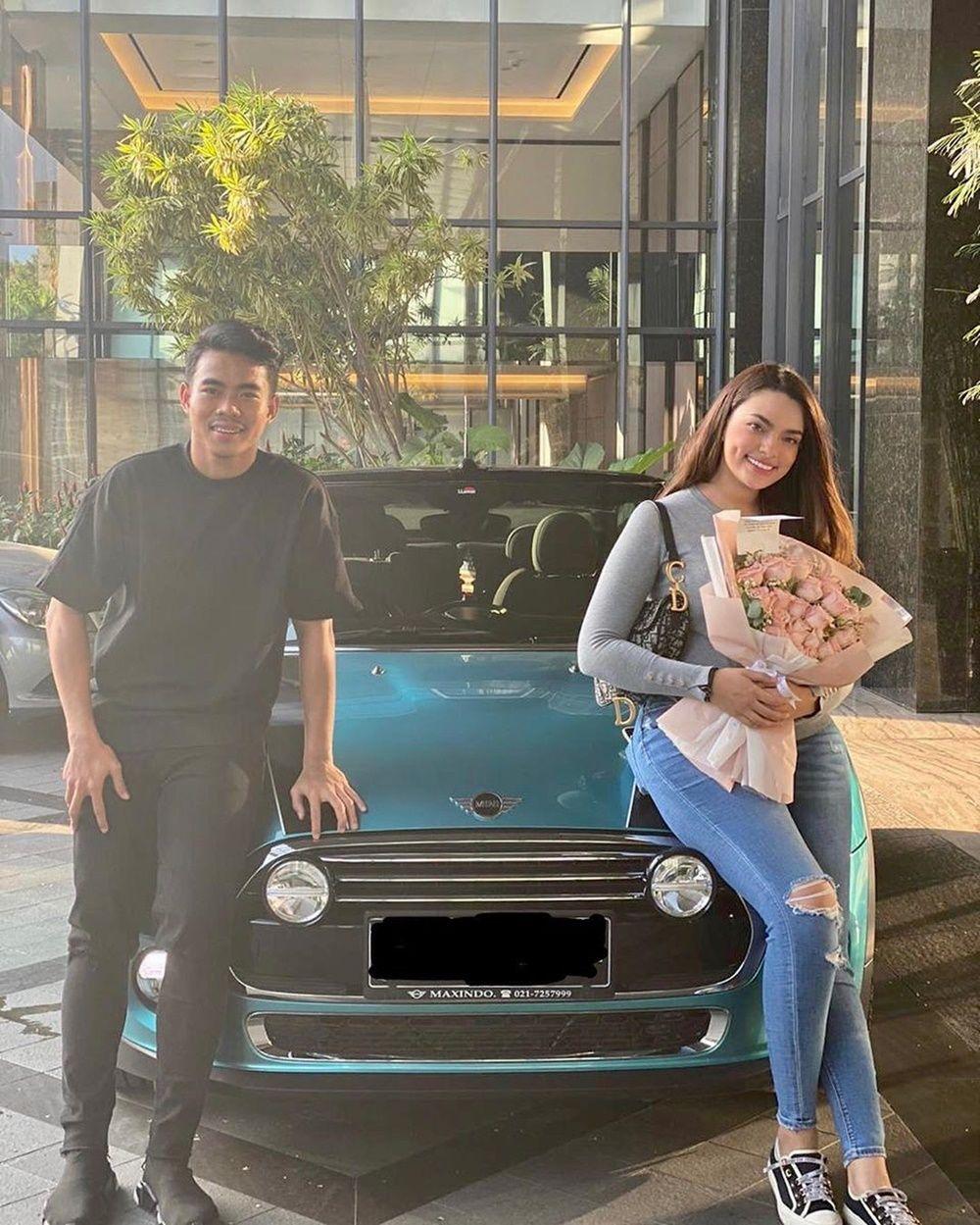 Dikasih Mobil Mewah, 7 Gaya Pacaran Selebgram Sarah Ahmad & Kekasih
