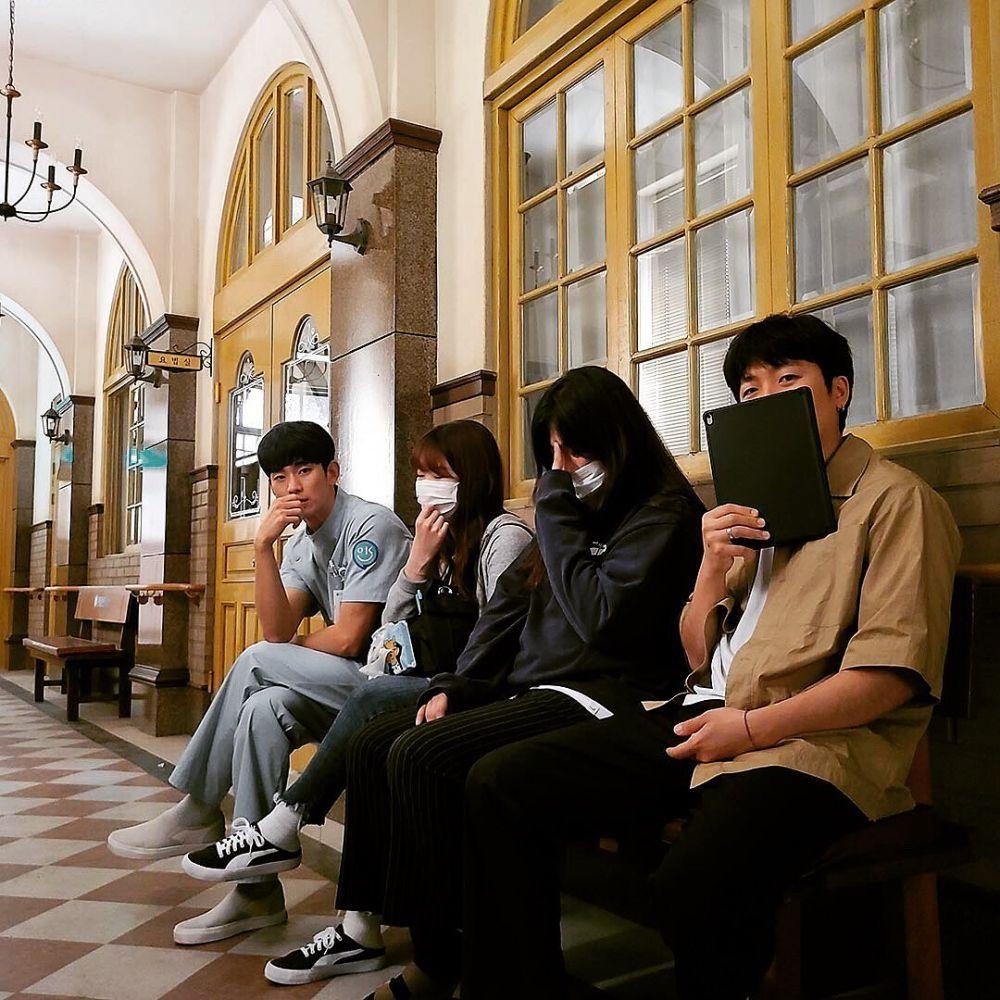 Akrab! 11 Momen Pemain 'It's Okay to Not Be Ok' di Belakang Kamera
