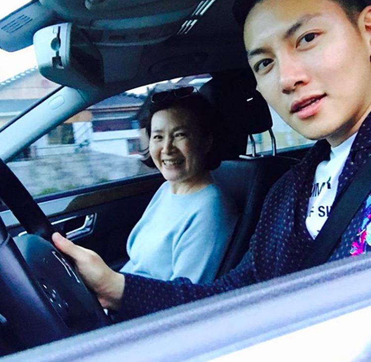 Anak Tunggal Kesayangan, 10 Potret Hangat Ji Chang Wook pada Sang Mama
