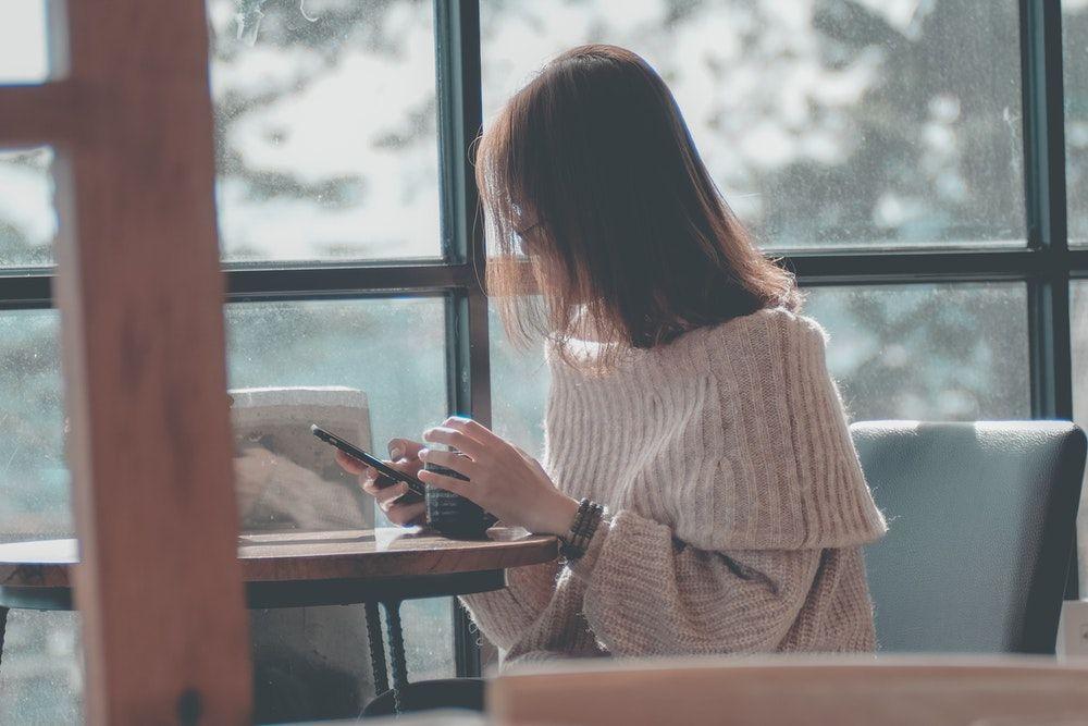 Dear Cowok, Ini 8 Cara Kembalikan Mood Cewek Lewat Chat