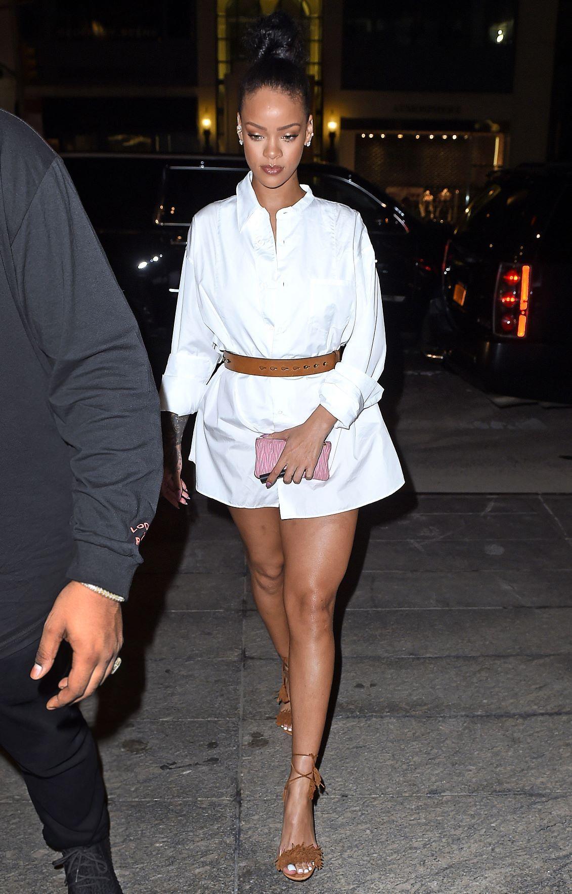 Tips Trendi Pakai Kemeja Putih Oversized dari Seleb Hollywood