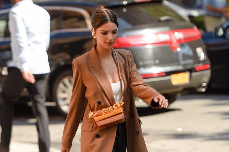 Gaya Mix N Match Emily Ratajkowski dengan Cross Body Bag