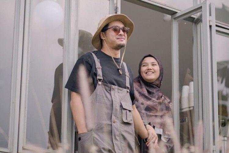 10 Foto Post-Wedding Ricky Harun dan Herfiza, Bak Masih Pacaran!