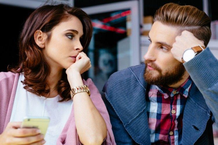 5 Tanda Pasanganmu Masih Mencintai Mantannya