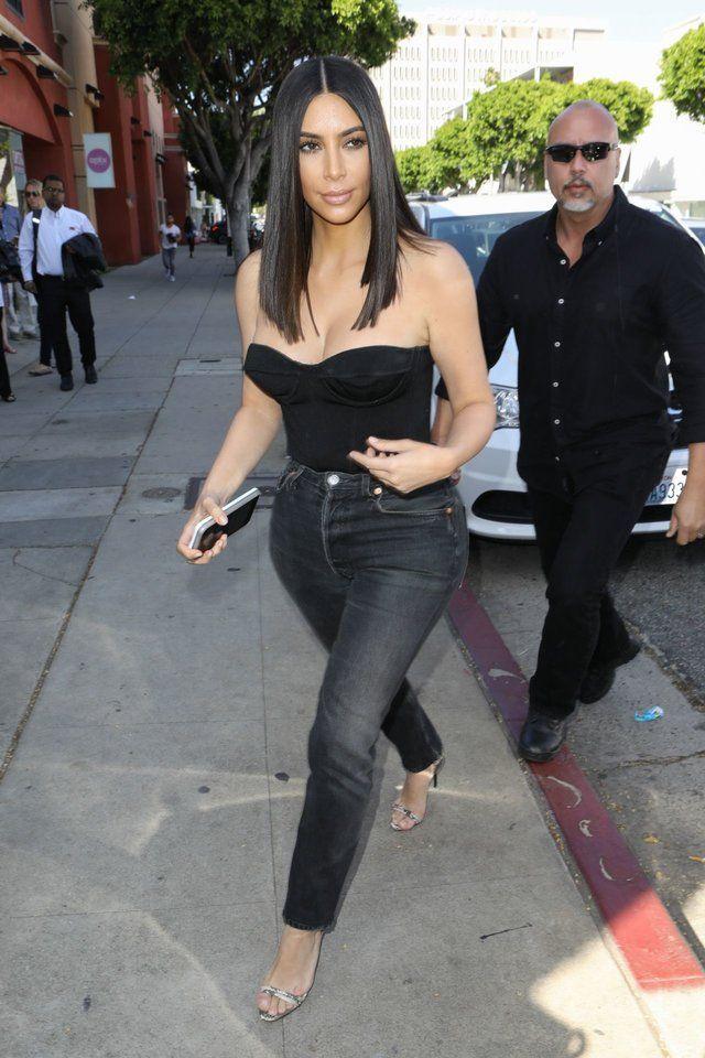 Gaya SeksiKim Kardashian West Pakai Celana Jeans, Serba Ketat!