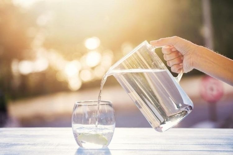 8 Alasan Kenapa Kamu Wajib Minum Air Putih Hangat Sebelum Tidur