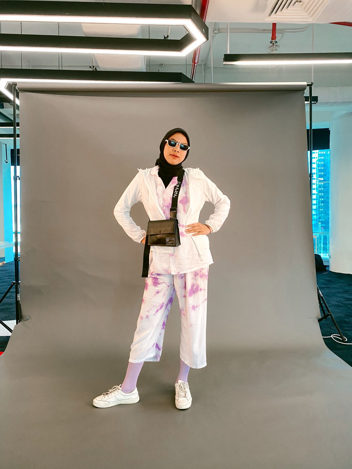 Steal The Look: Gaya Tie-dye ala Gigi Hadid