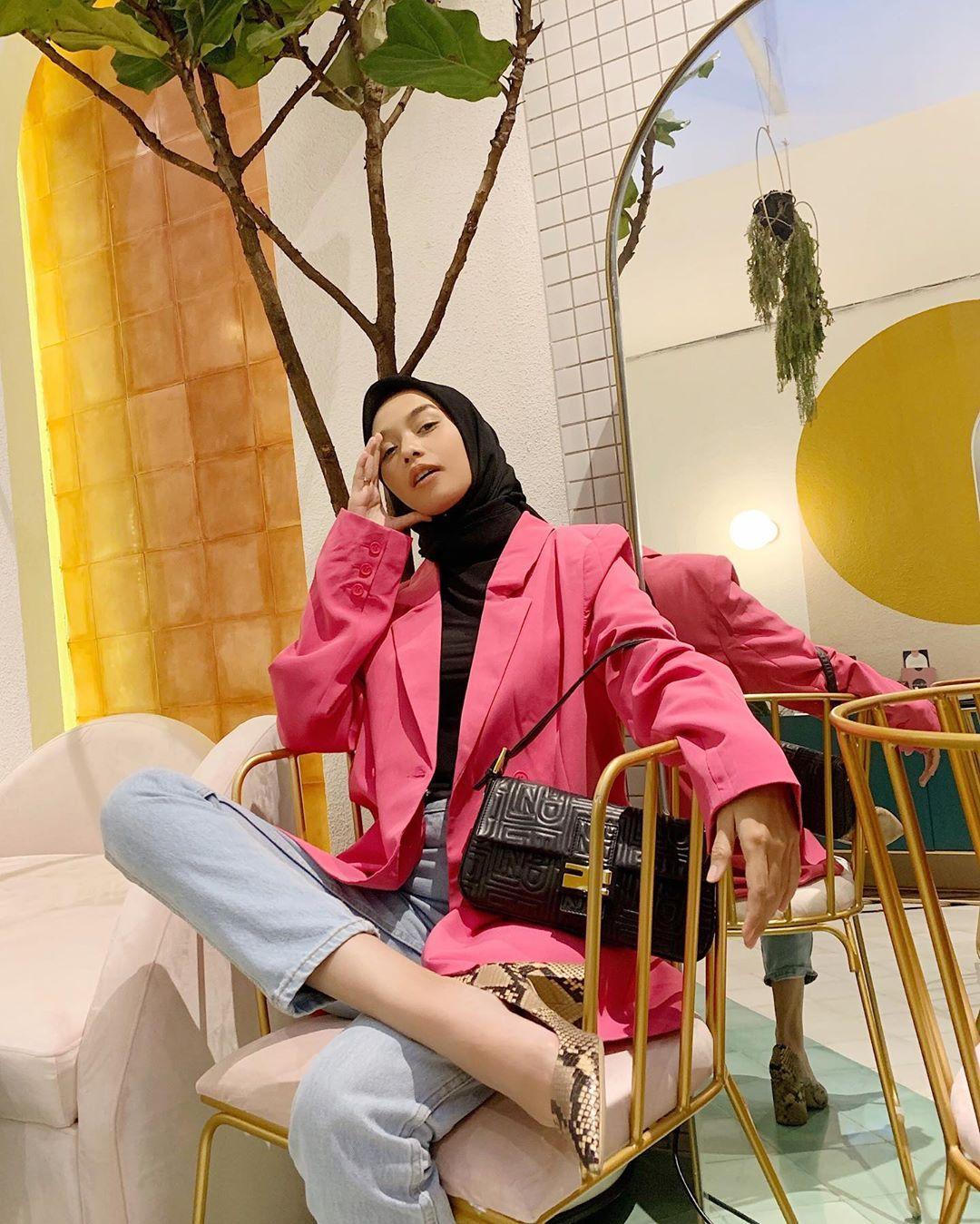 8 Inspirasi Mix & Match Outfit Pink untuk Hijabers ala Vira Tandia