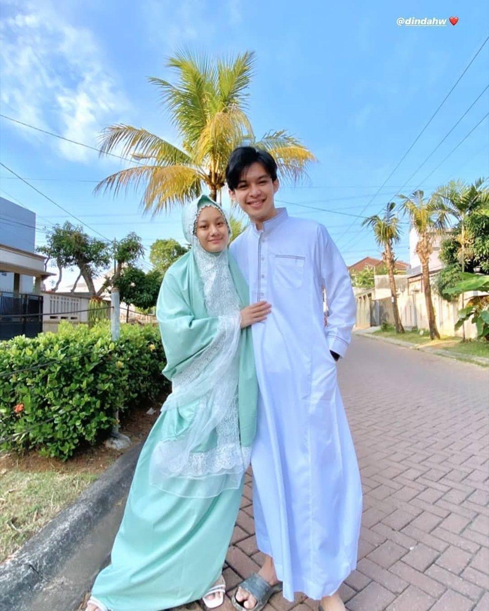 Sebulan Menikah, 10 Foto Pacaran Halal a la Dinda Hauw dan Rey Mbayang
