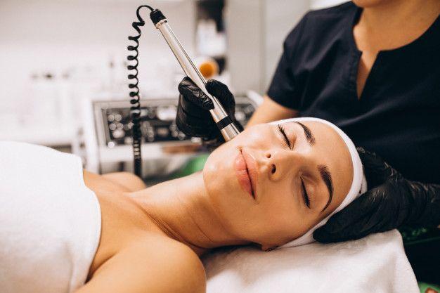 7 Perawatan yang Bisa Bantu Hilangkan Noda Hitam di Wajah