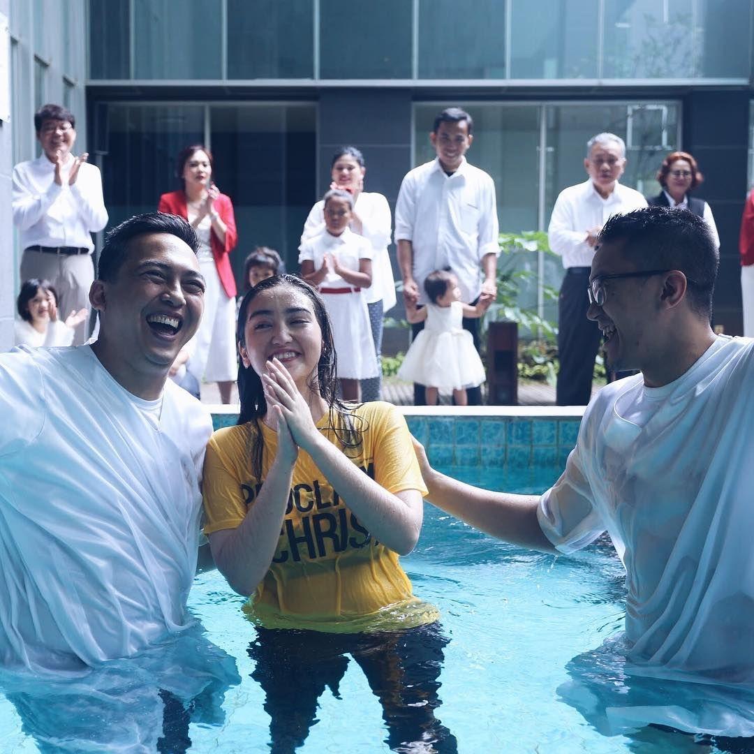 Selain Marsha Aruan, Ini Deretan Foto Pembaptisan Artis Tanah Air