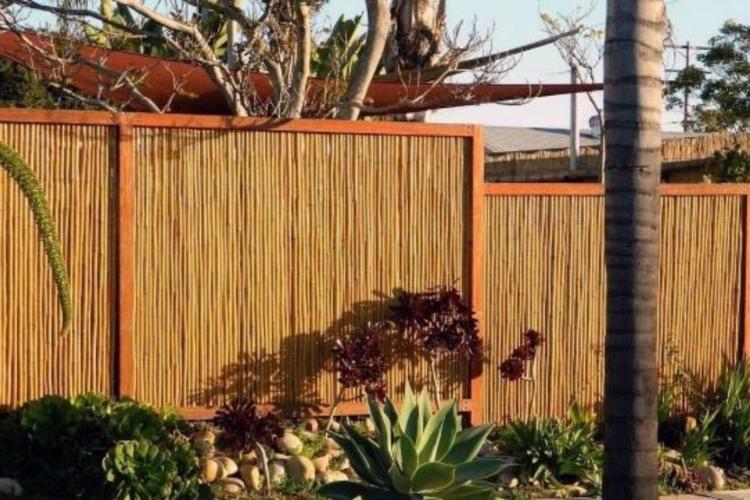20 Inspirasi Desain Pagar Bambu untuk Hunian Impianmu