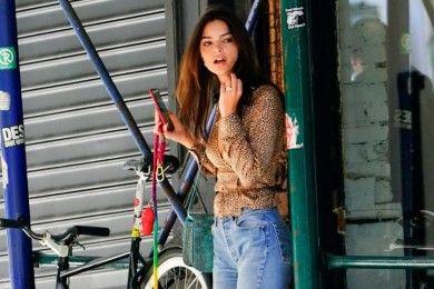 Makin Kece, Tiru Cara Mix & Match Emily Ratajkowski Pakai Celana Jeans