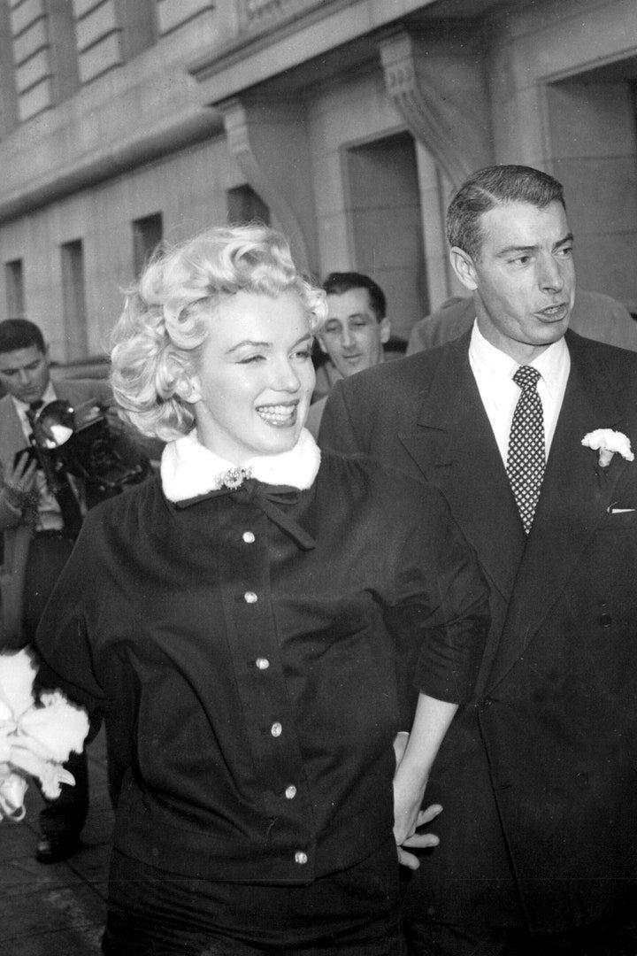 Deretan Seleb Hollywood yang Tak Pilih Gaun Putih untuk Pernikahannya