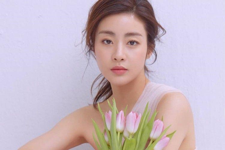 Tinggalkan Hyun Bin Menikah, Kang Sora Tulis Surat untuk Penggemar