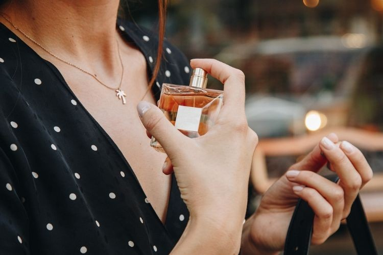 Biar Wanginya Nggak Cepat Hilang, Ini Cara Pakai Parfum yang Benar