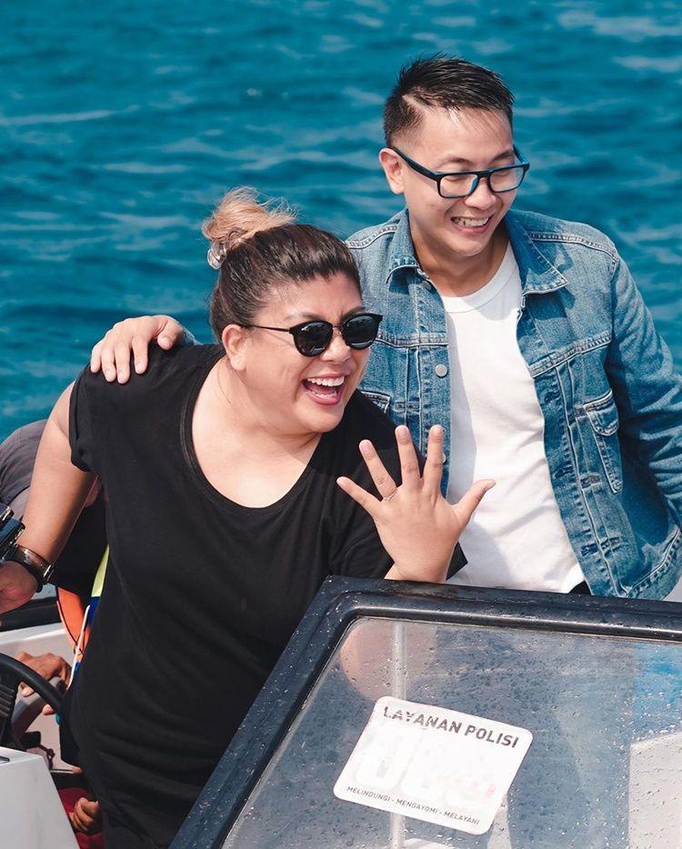 So Sweet! 9 Momen Lamaran Regina Ivanova dan Kekasih di Tengah Laut