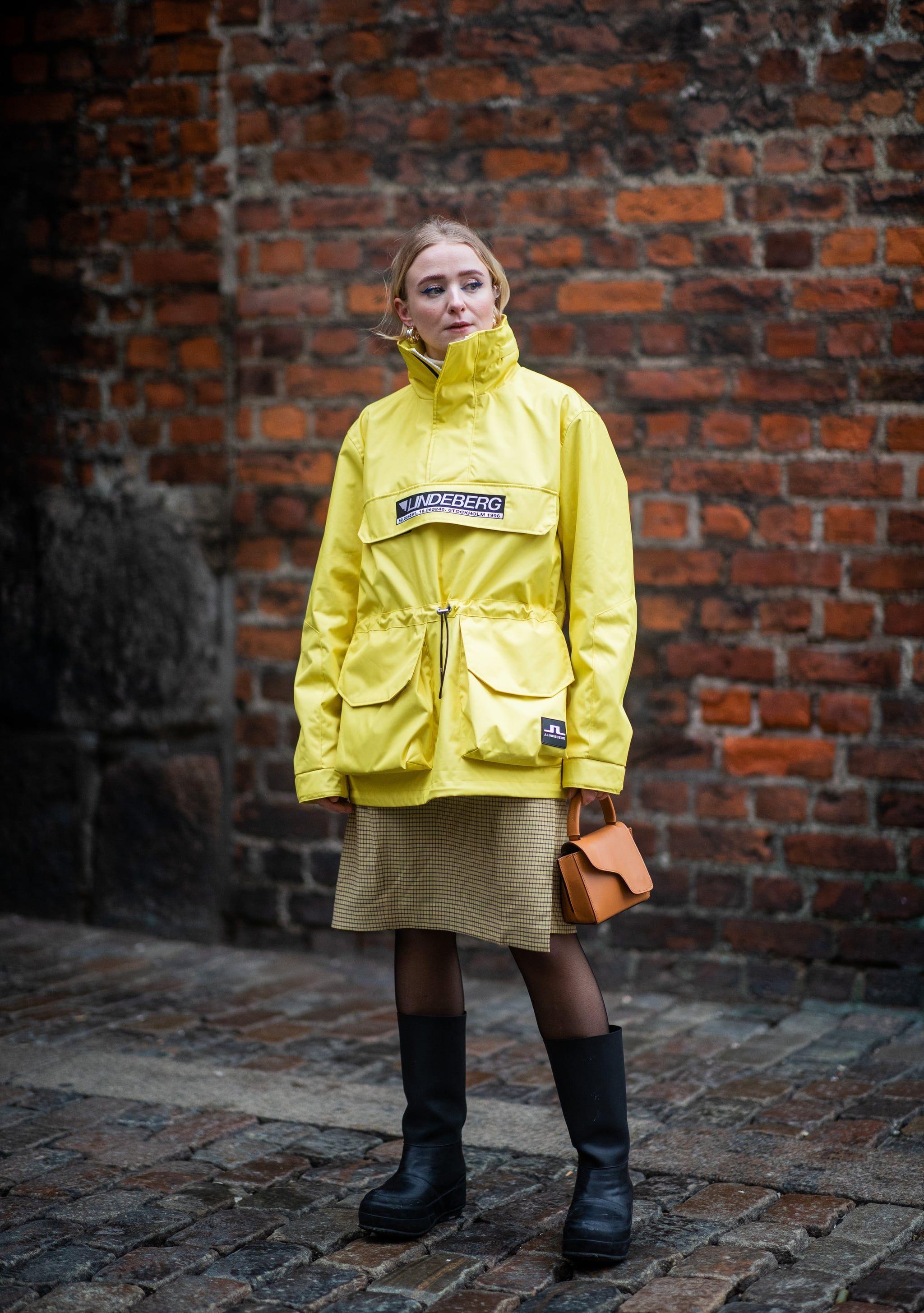 Tips Mix & Match Slip Dress untuk Musim Hujan, Anti Kedinginan