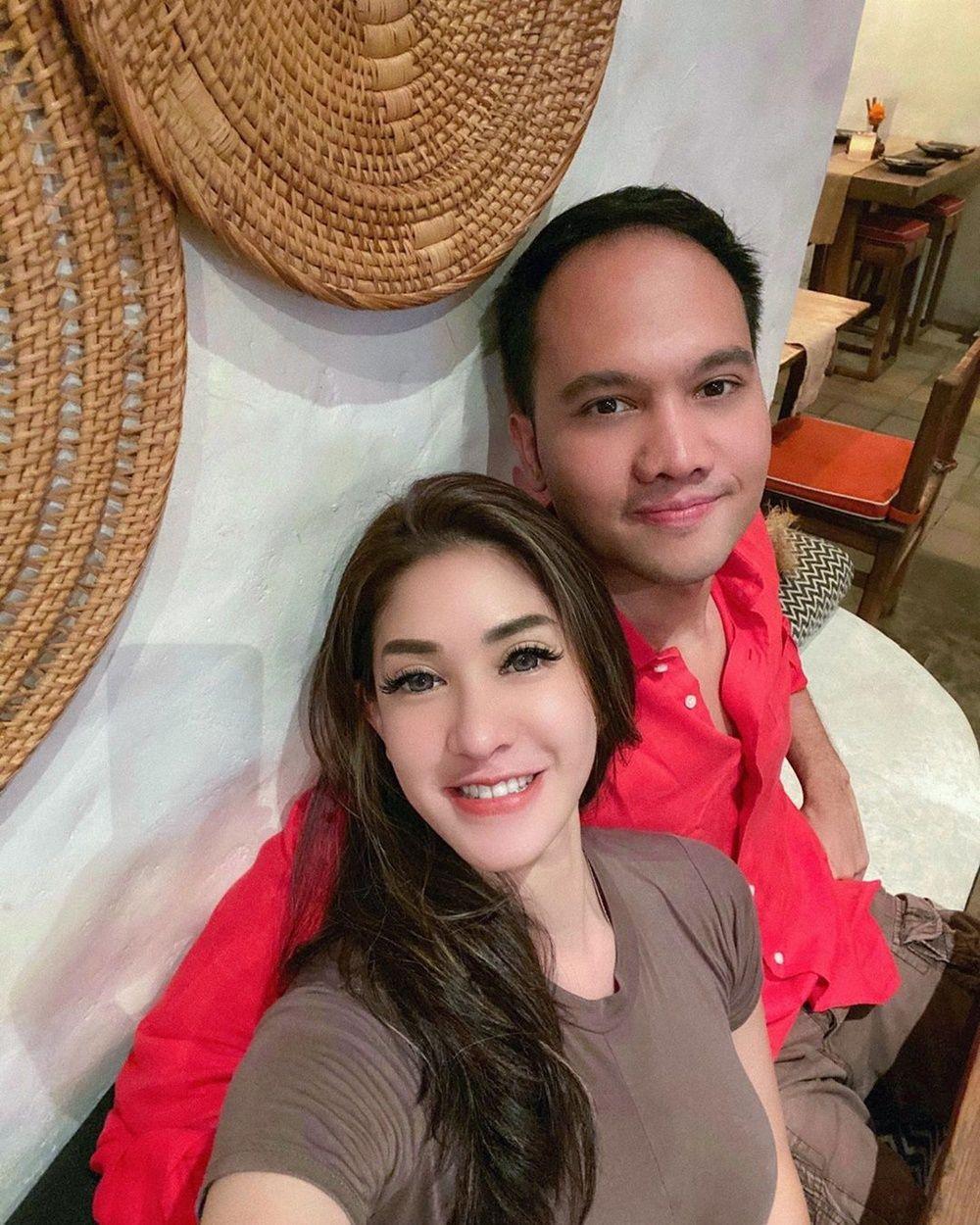 Putus dari Kevin Aprilio, 9 Gaya Pacaran Elma Agustin & Kekasih Baru