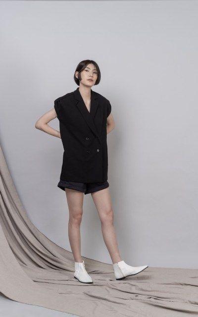 #PopbelaOOTD: Mau Leher Terlihat Panjang? Intip Baju V-neck Ini