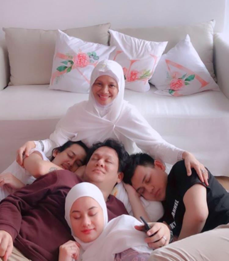 Bikin Iri! 9 Momen Hangat Dinda Hauw dan Ketiga Saudara Lelakinya