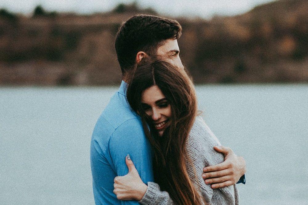 5 Tanda Kamu Bahagia Menjalani Hubungan dengan Si Dia, Pertahankan!