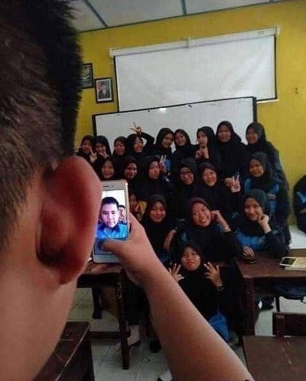 Kesal Sampai Ngakak, 10 Momen Selfie Ini Bikin Geleng-Geleng Kepala