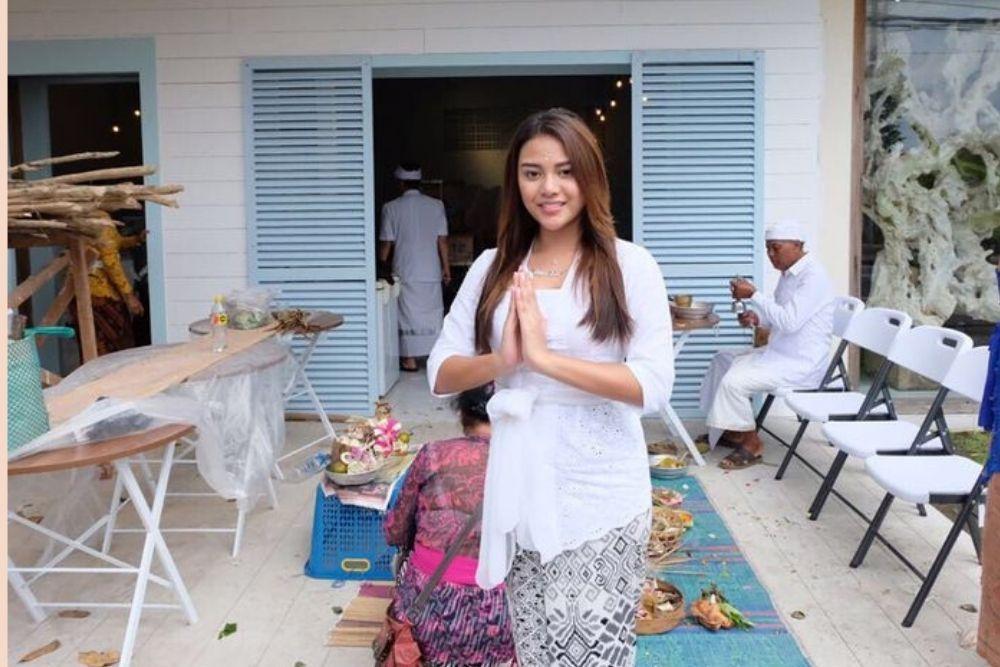 Intip Pesona Aurel Hermansyah dalam Balutan Pakaian Tradisional