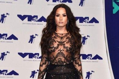 Pede Tubuh Curvy, Ini Gaya Seksi Demi Lovato Karpet Merah