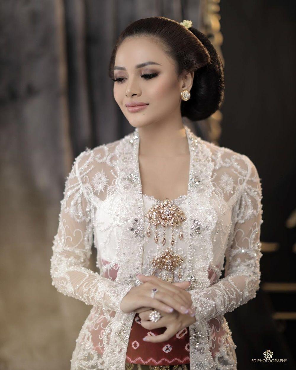 9 Foto Romantis Atta Halilintar & Aurel Hermansyah a la Pengantin Jawa