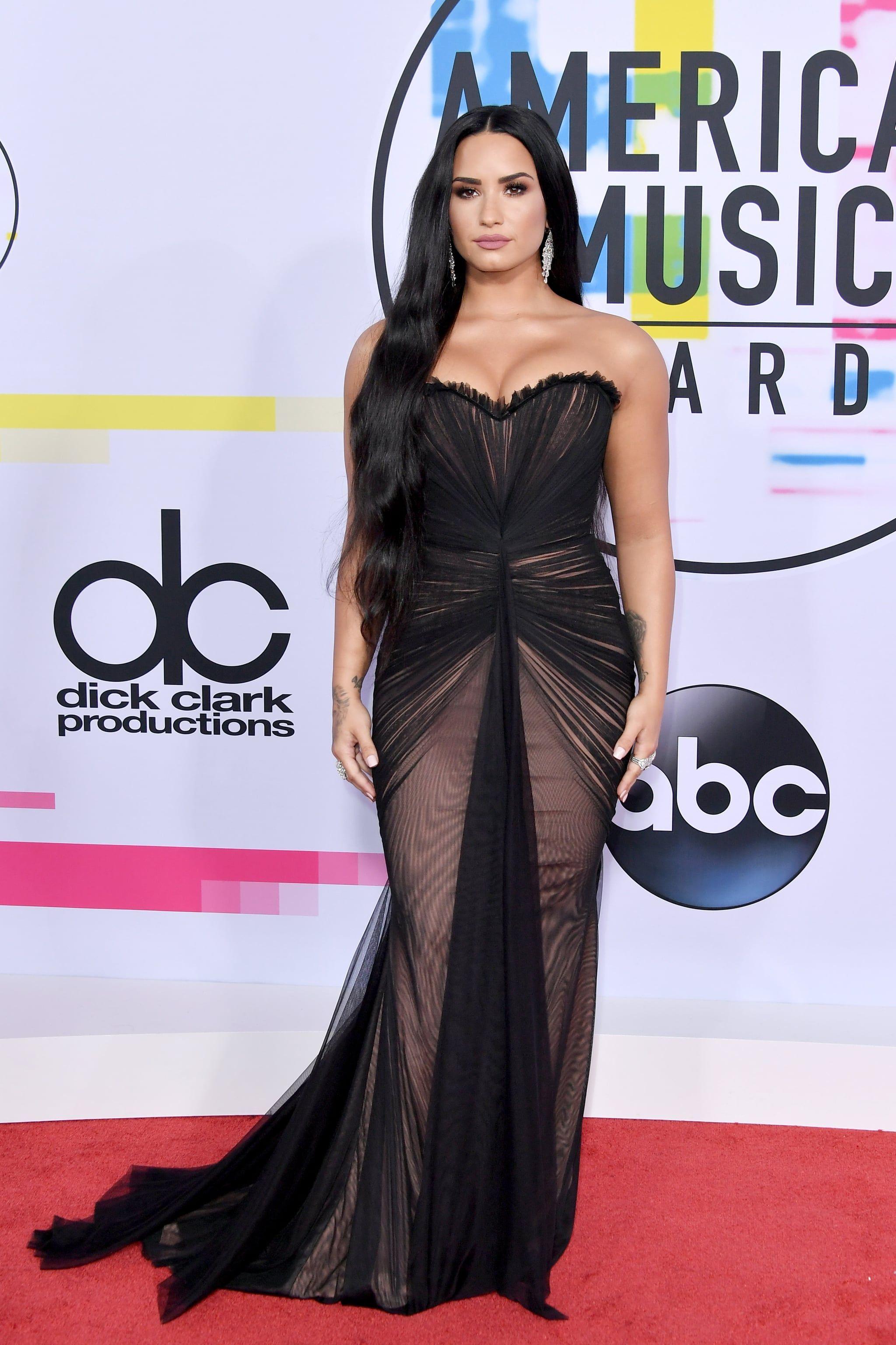 Pede dengan Tubuh Curvy, Ini Gaya Seksi Demi Lovato di Karpet Merah
