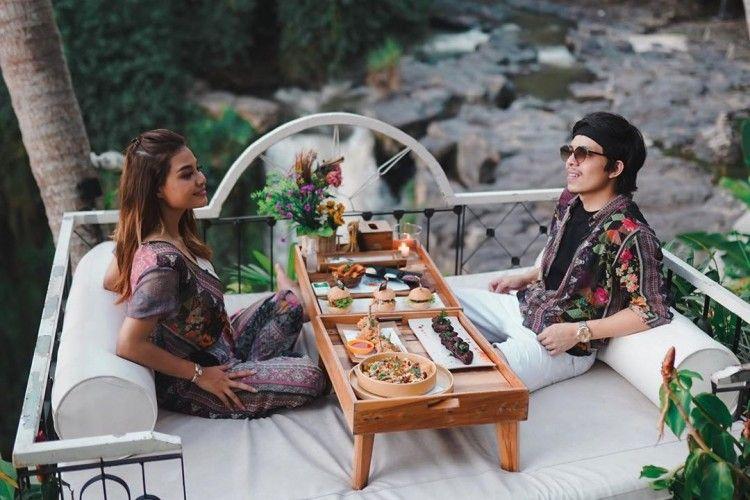 Intip Gaya Liburan Romantis a La Aurel Hermansyah dan Atta Halilintar