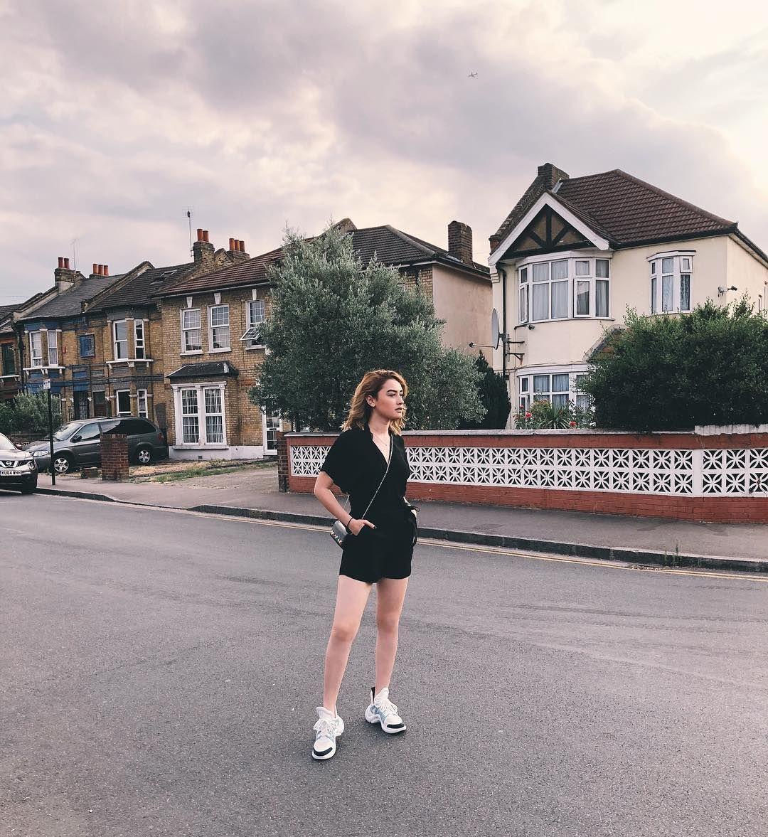 Ide Outfit Serba Hitam a La Natasha Ryder
