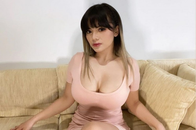 7 Potret Dinar Candy, DJ Seksi yang Kerap Tampil Menonjol