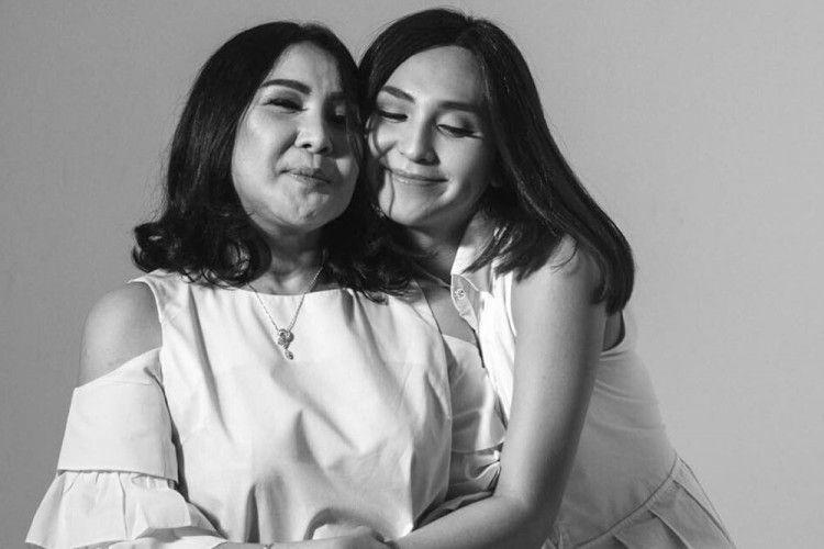 Potret Kedekatan 5 Artis Transgender dengan Sang Mama, Manis Banget!