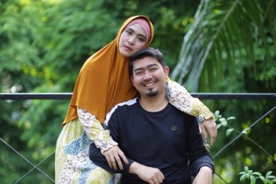 9 Potret Manis Keluarga Ustaz Solmed & April Jasmine, Panutan Netizen
