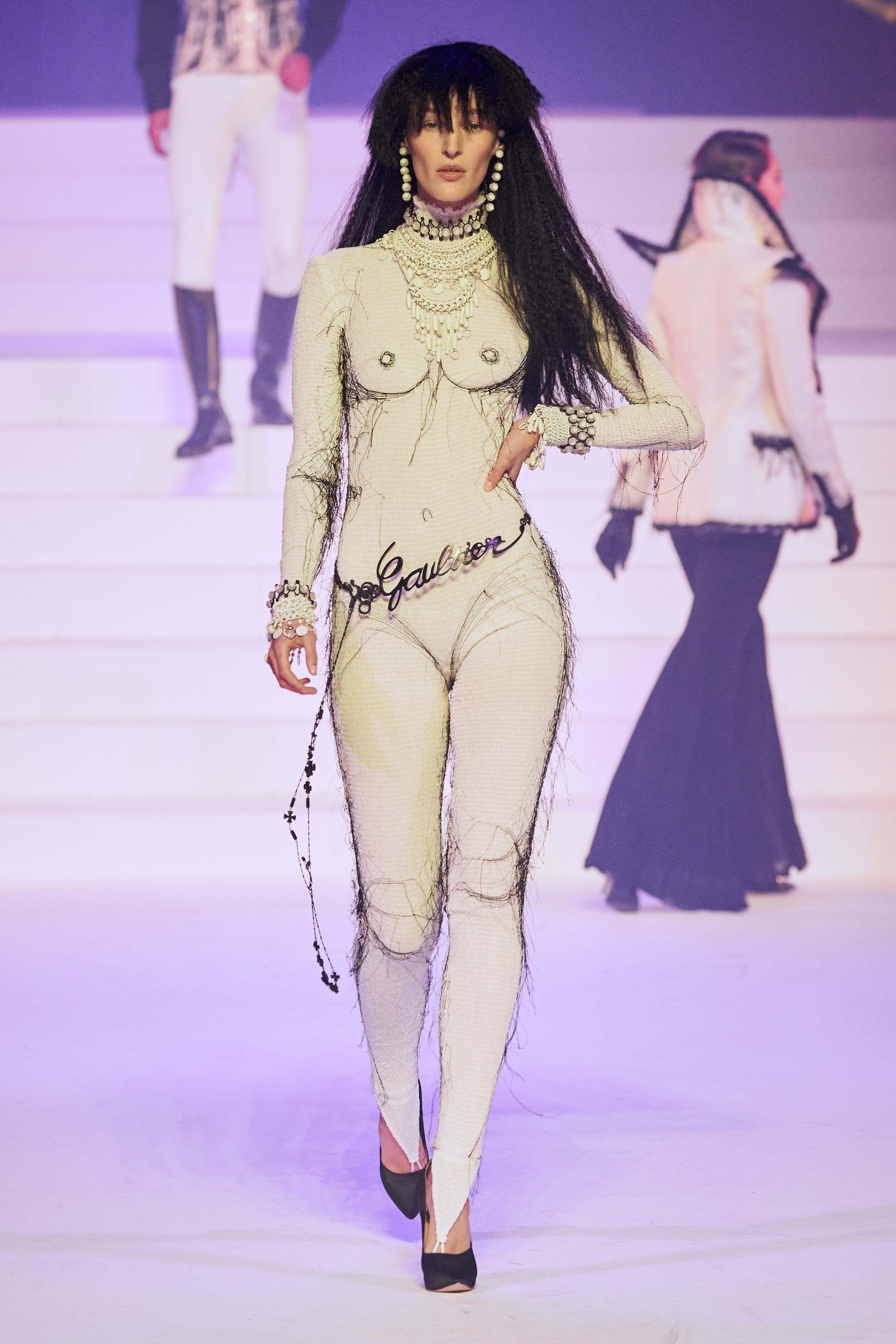 Deretan Baju Desainer yang Artsy Tapi Mengandung 'Porno Aksi'