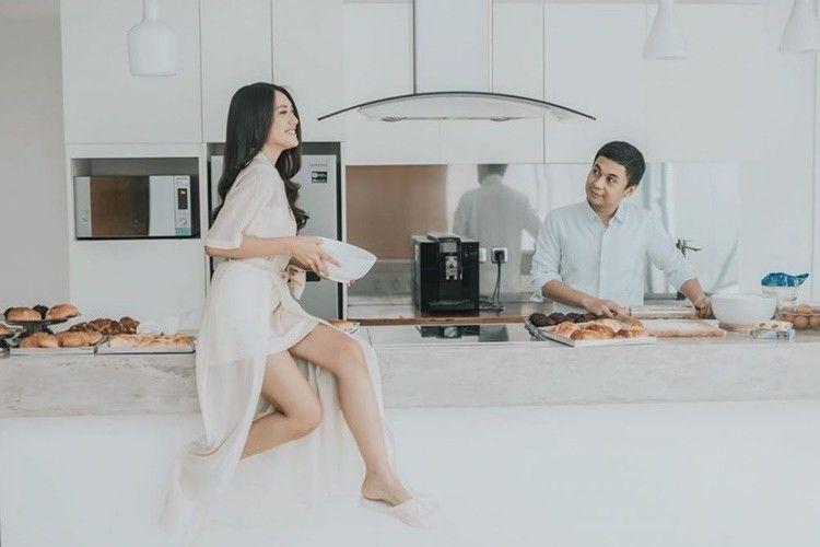 Intip 9 Gaya Pemotretan Pasangan Seleb di Dapur, Simpel Tapi Manis!