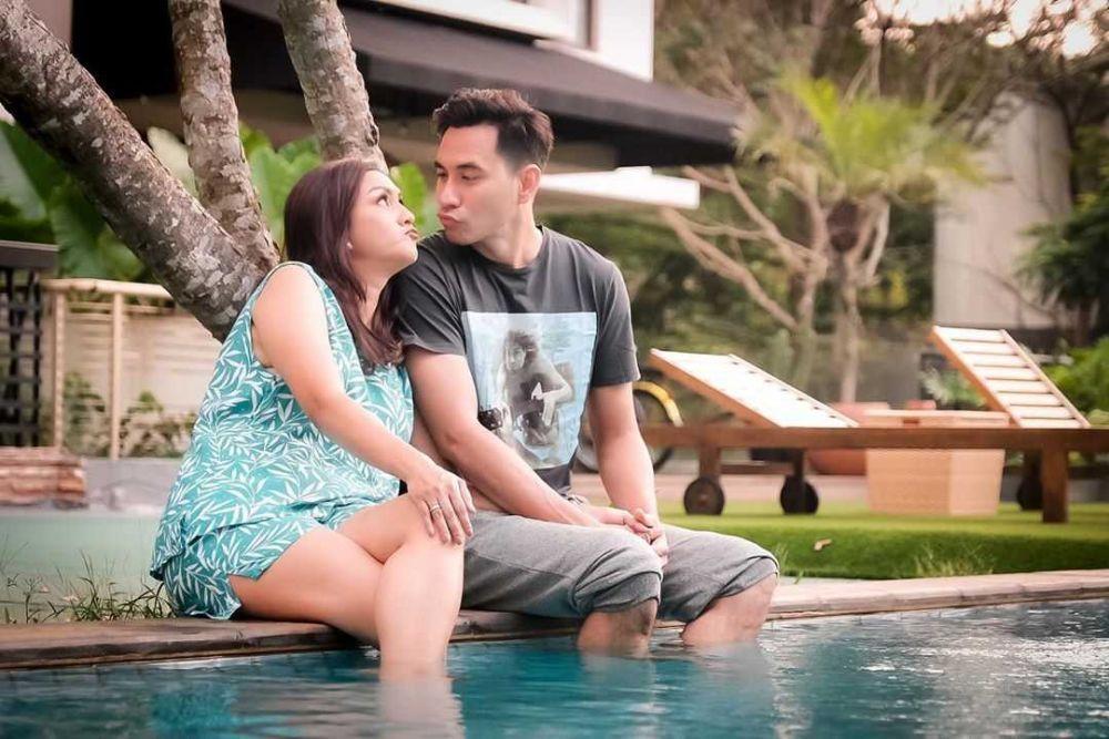 8 Potret Intim Pasangan Artis di Kolam Renang, Segar nan Mesra!