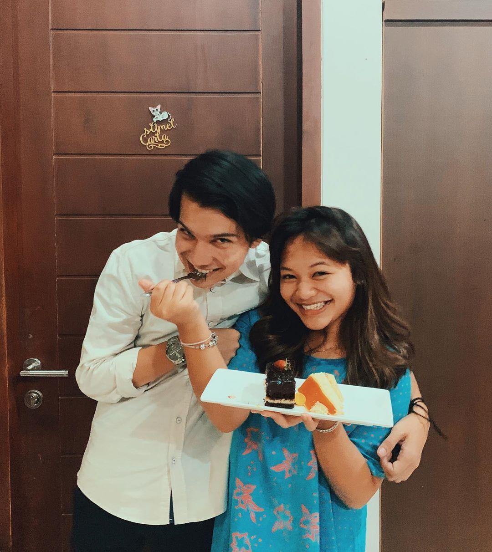 Saling Dukung, Ini 9 Potret Persahabatan Amel Carla dan Endy Arfian
